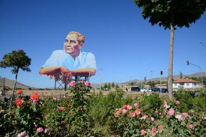 Kırşehir Belediyesi şehrin girişine Atatürk'ün posterini astı