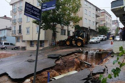 Kocaeli'nde sağanak yağış nedeniyle ev ve iş yerlerini su bastı, yol çöktü