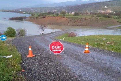 Köprü su altında kaldı, öğrenciler okula gidemiyor