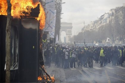 Macron, Şanzelize'yi gösterilere kapatmaya hazırlanıyor
