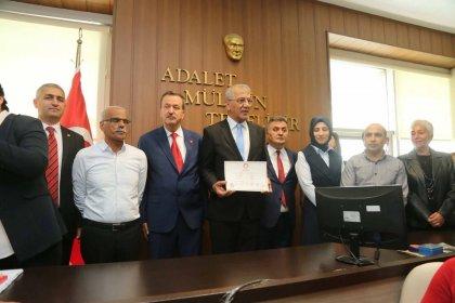 Mezitli Belediye Başkanlığına yeniden seçilen Neşet Tarhan mazbatasını aldı