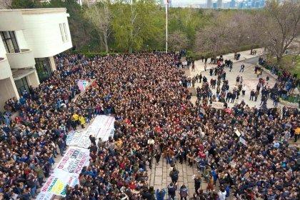 ODTÜ'lüler rektörlük önünde toplandı: Devrimsiz şenlik olmaz