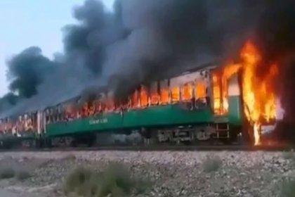 Pakistan'da bir yolcu treninde çıkan yangında 62 kişi hayatını kaybetti