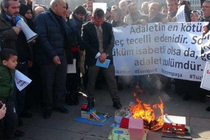 Parasını ödedikleri konutları teslim edilmeyen yurttaşlar İBB binası önünde maket ev yaktı
