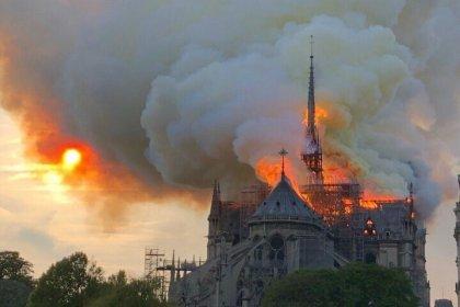 Paris'te Notre Dame Katedrali'nde yangın: 12. yüzyılda inşa edilen katedralin kulesi çöktü