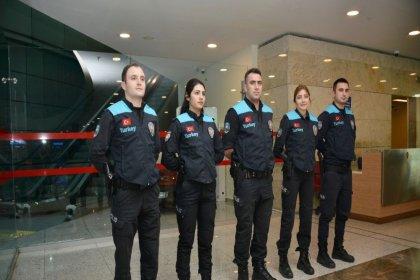 Pasaport polisinin kıyafeti değişti