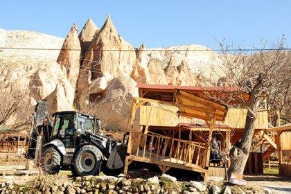 Peribacalarının yanındaki kaçak çay bahçesi yıkıldı