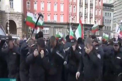 Rüzgarın yönünü hesaba katmayan Bulgar polisi, protestocular yerine kendilerine gaz sıktı