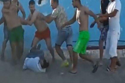 Sahilde eşini döven kişiyi darp ettiler
