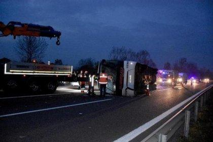 Sakarya'da otobüs devrildi: 33 yaralı
