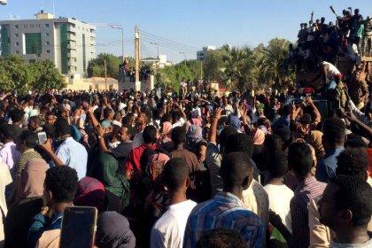Sudan'da asker, polise karşı eylemcileri korudu