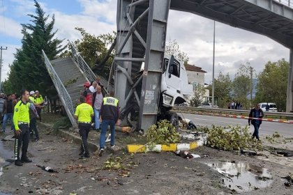 TIR yolcu durağına daldı: 2 ölü, 3 yaralı