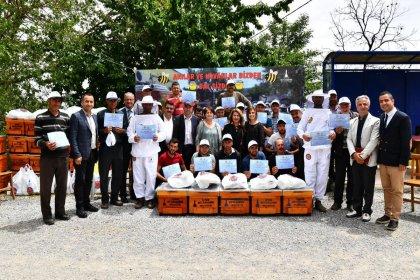 Tunç Soyer en az oy aldığı köyün talebini yerine getirdi: 114 arı kovanı gönderdi