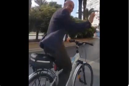 Tunç Soyer, makam aracı olarak kullandığı bisikletiyle işe giderken görüntülendi