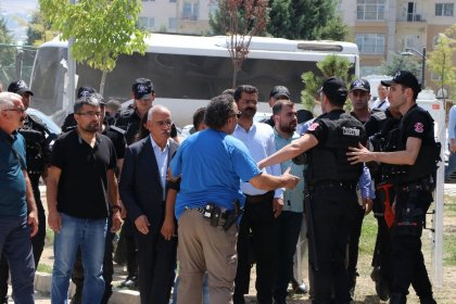 Van ve Diyarbakır'da kayyuma tepki gösterenlere polis müdahalesi
