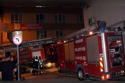 Yangın merdiveni kilitli olan pansiyonda öğrenciler camdan atladı