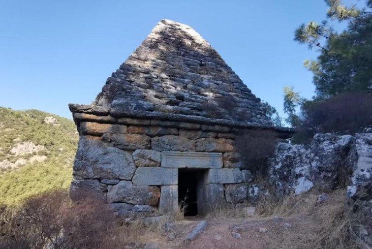 Adaklar adanıp dualar okunan türbe, Yunan savaşçı ile karısının mezarı çıktı