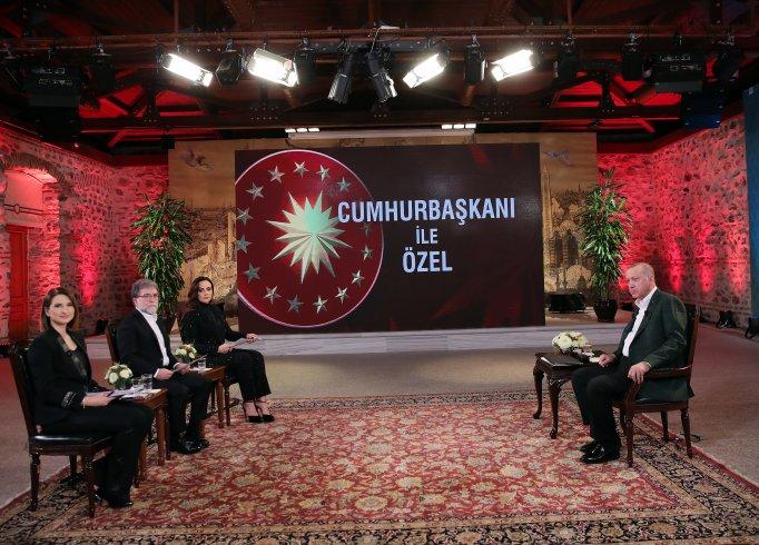 Ahmet Hakan, Erdoğan'ın karşısında ekonomiyi övdü, sosyal medyada alay konusu oldu