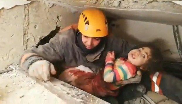 Ankara itfaiye ekipleri enkazdan 2,5 yaşında bir çocuğu kurtardı