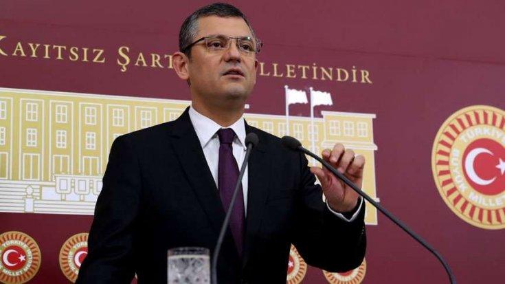 CHP'li Özel: Dış politika hakkında bilgi vermesi gereken Dışişleri Bakanı Katar Emir'inin karşısındadır