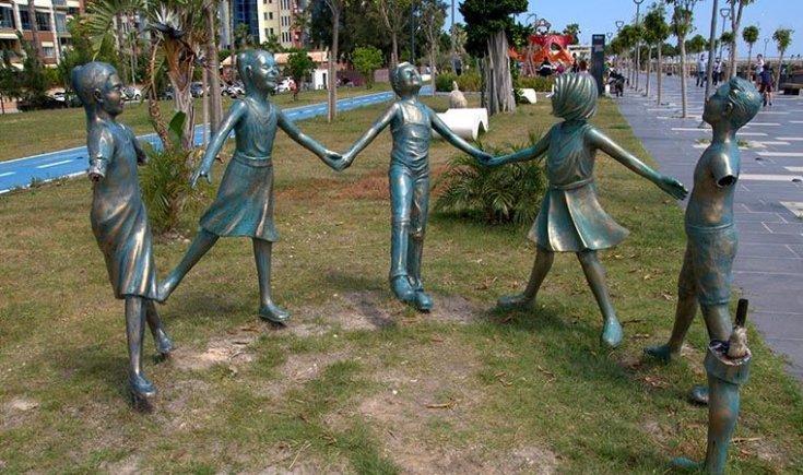 El ele tutuşan çocuk heykellerini kırdılar!