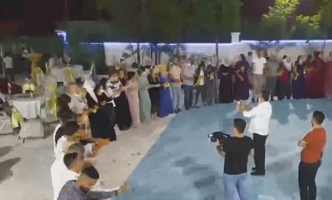 En çok vakanın görüldüğü illerden olan Diyarbakır'da uyarılara rağmen düğünde el ele halay çekildi
