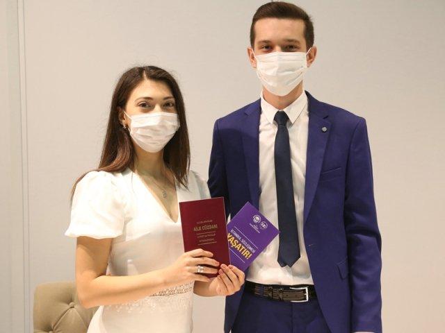 Odunpazarı Belediyesi'nden evli çiftlere evlilik cüzdanı ile  İstanbul Sözleşmesi kitapçığı