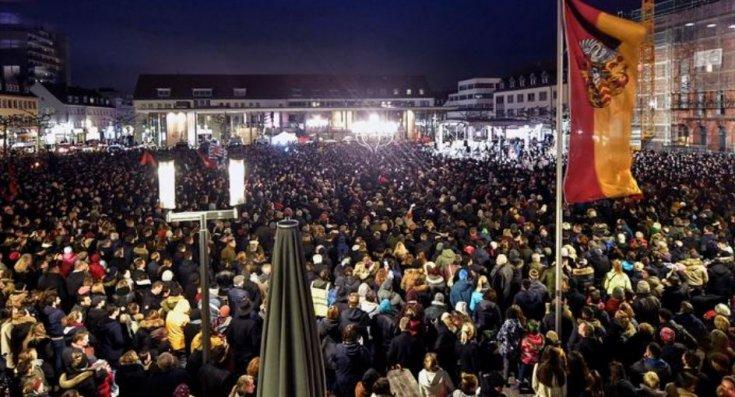 Hanau'da öldürülen 9 kişi için binlerce kişinin katılımıyla anma töreni düzenlendi