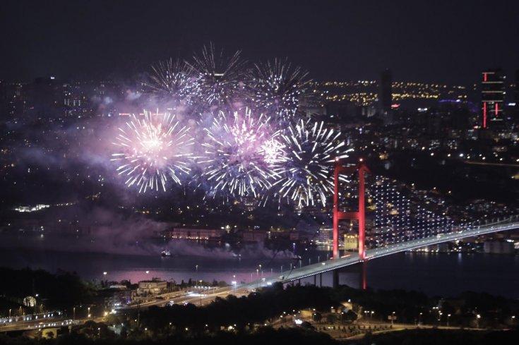 İstanbul, 19 Mayıs'ı havai fişeklerle kutladı