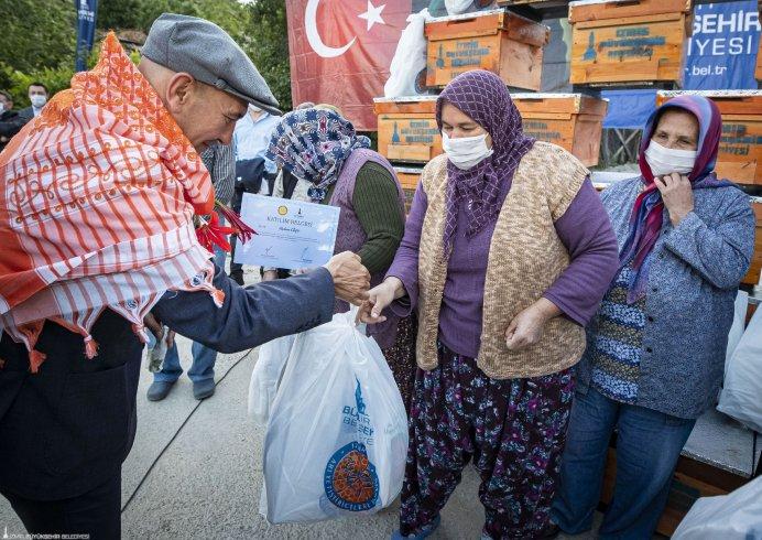 İzmir Büyükşehir Belediyesi, 2 bin 203 üreticiye, 9 bin 890 adet kovan ve arı malzemeleri dağıttı