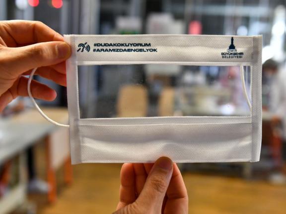 İzmir Büyükşehir Belediyesi'nin ürettiği şeffaf maskeye yoğun talep