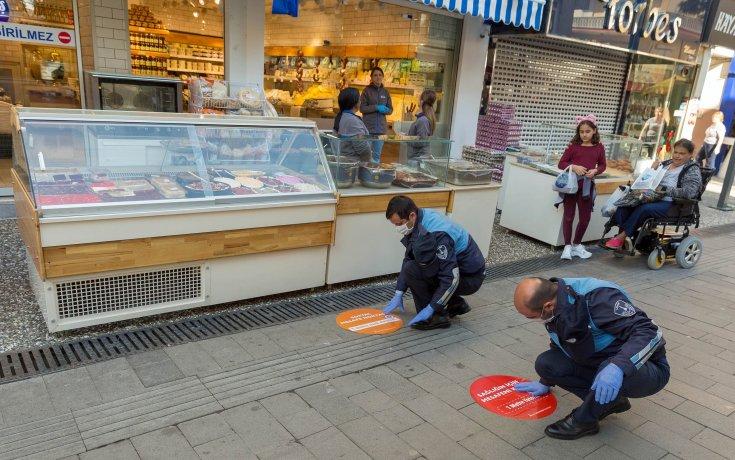 İzmir'de 'sosyal mesafe' için yerlere çıkartmalar yapıştırıldı