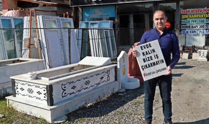 Koronavirüse dikkat çekmek isteyen mermer ustası, mezar taşına 'Evde kalın bize iş çıkarmayın' yazdı