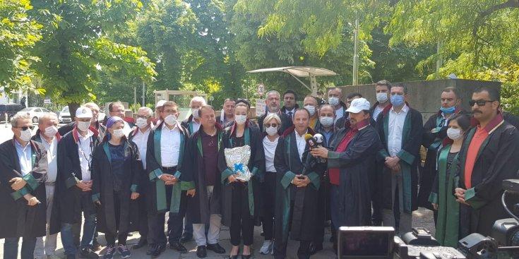 Meclis önünde bekleyen baro başkanları 'çoklu baro'yu görüşen Adalet Komisyonu üyelerine cübbe ve düğme gönderdi