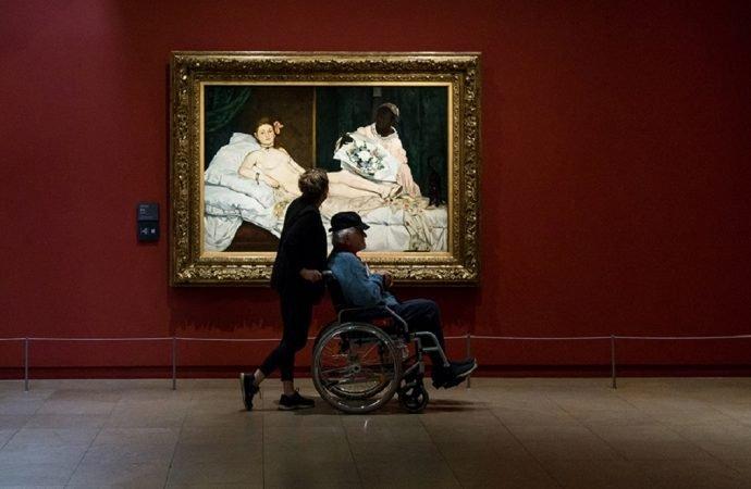 Orsay Müzesi, 'dekoltesi' nedeniyle girişine izin vermediği ziyaretçiden özür diledi