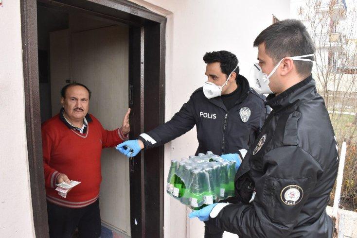 Sokağa çıkma yasağı var diye polise maden suyu sipariş etti!