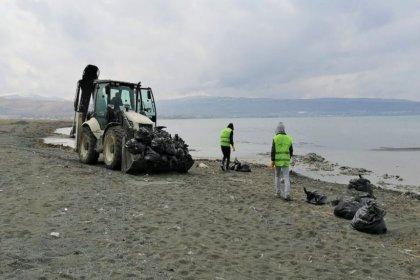 Van Gölü sahillerinde 100 ton çöp toplandı