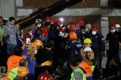6,6'lık İzmir depreminde enkaz altındakiler için zamana karşı yarış devam ediyor; 17 saat sonra iki kişi daha enkazdan sağ olarak çıkarıldı