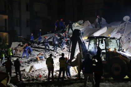 AFAD İzmir depremine ilişkin son duyurusunda: '1'i boğulma sonucunda olmak üzere toplam 12 vatandaşımız hayatını kaybetmiş, 607 vatandaşımız yaralanmıştır' denildi