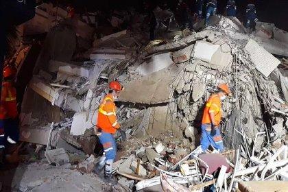 AFAD İzmir depremine ilişkin son duyurusunda: '1'i boğulma sonucunda olmak üzere toplam 24 vatandaşımız hayatını kaybetmiştir' denildi