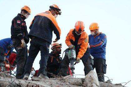 AFAD İzmir depremine ilişkin son duyurusunda: '1'i boğulma sonucunda olmak üzere toplam 25 vatandaşımız hayatını kaybetti ve 831 vatandaşımız yaralandı'