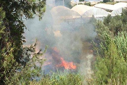 Antalya'da, seralara yakın otluk alanda yangın