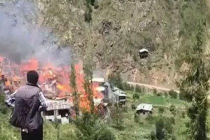 Artvin'de onlarca köy evi yanıyor
