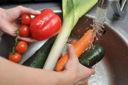 Bilim Kurulu üyesinden uyarı: Sebze ve meyveleri kesinlikle gümüş suyuyla yıkamayın