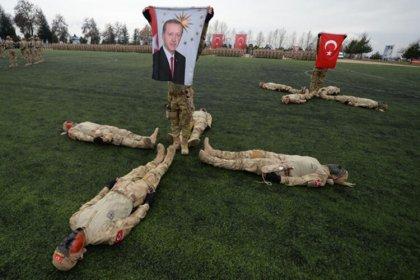 Bir kez daha kışlaya siyaset girdi: Uzman erbaşların mezuniyet töreninde Erdoğan'ın posteri açıldı