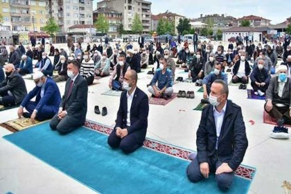 Cuma namazında AKP'lilere halı seren müftü, İstanbul'a tayin edildi