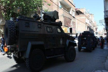 Diyarbakır'da bir polis 'dur' ihtarına uymayan kişinin ateş açması sonucu hayatını kaybetti