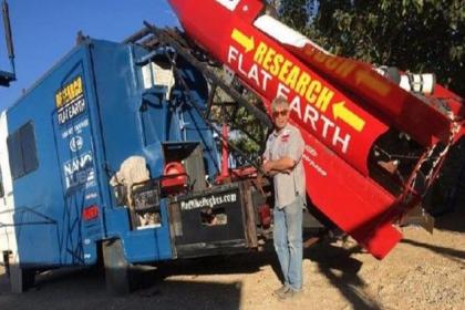 Dünya'nın düz olduğunu kanıtlamak için yaptığı roketle kendini uzaya fırlatan Mike Hughes  hayatını kaybetti