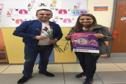 Eğtim İş üyesi öğretmenler, 'Kadınlar Günü'nü okullarda karanfil dağıtarak kutladı