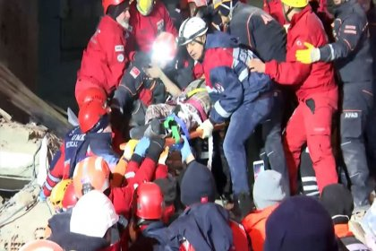 Elazığ'da çöken 5 katlı bir binanın enkazından 2 kadın sağ çıkarıldı